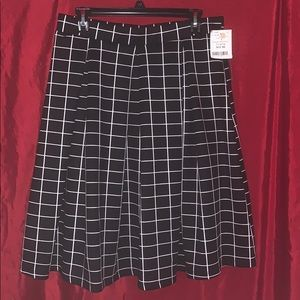 Beautiful black & white checked pleated skirt.